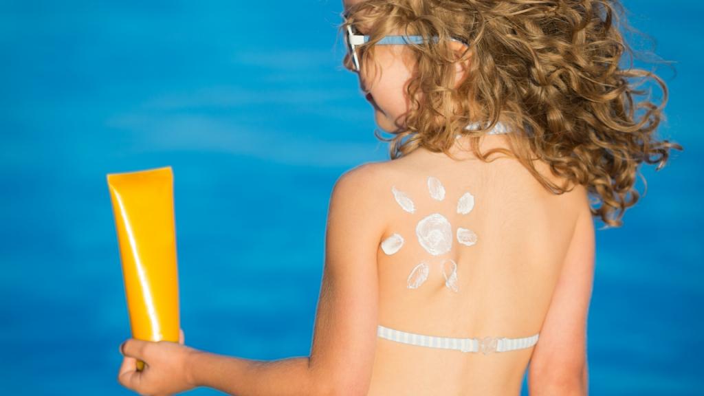 Soleil et fortes chaleurs: les bons gestes à adopter pour les jeunes enfants